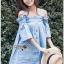 Lady Ribbon ขายส่งเสื้อผ้าออนไลน์พร้อมส่งของแท้ LR01220716 &#x1F380 Lady Ribbon's Made &#x1F380 Lady Victoria Casual Chic Off-Shoulder Soft Denim Dress thumbnail 5