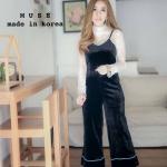 เซ็ตชิคๆสไตล์สาวเกาหลี รุ่นนี้มีทั้งเสื้อและจั้มสูทมาคู่กันเลย เสื้อลูกไม้สีขาวแขนยาวช่วงคอและแขนแต่งระบาย ใส่คู่กับจั้มสูทสายเดี่ยวผ้ากัมยี่สีดำ เย็บกุ๊นช่วงของสีขาว น่ารักสุดๆ