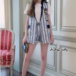 กางเกงขาสั้น ตัวเสื้อทรง Blazer แขนกุดทรงสวย แต่งกระเป๋าด้านหน้ามีกระดุม ตรงอกแต่งปักเย็บรูปนกอินทรีย์ มาคู่กับกางเกงขาสั้น ทรงสวย มีเข็มขัดให้ใน เซต mix&match ได้สวยมากๆคะ