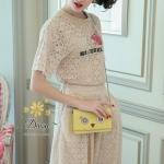 ชุดเซท เสื้อ+กางเกง เป็นผ้าลูกไม้ลายสวยสกรีนดอกไม้ที่หน้าอก กางเกงมีกระเป๋าข้าง มีซับในที่กางเกง