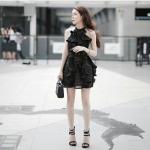 เดรสแขนกุดผ้ารูปสีดำช่วงอกแต่งระบายเป็นทรงสวย ช่วงกระโปรงเป็นทรงบานพร้อมแต่งระบายรอบตัว สวยเปรี้ยวไม่ซ้ำใคร