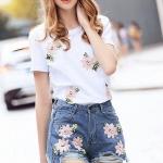 เสื้อสีขาวคอกลมยืดนิดหน่อย + กางเกงยีนส์ขาสั้นผ้ายีนส์สีเข้ม ปักตกแต่งลายดอกไม้สีชมพูทั้งเสื้อและกางเกง ใส่ก่อนสวยก่อนอินเทรนก่อนคัยนะจ้า งานเกรด Premium Quality By Cliona ค่ะ