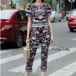 เสื้อมาคู่กับกางเกงขายาว ตัวชุดพิมพ์ลายดอกไม้บนพื้นผ้าดำ ลายสวยเข้าชุด ตัวเสื้อแขนสั้นทรงเสื้อสั้น มาคู่กับกางเกงขายาว ทรงสวย ใส่คู่กันสวยมากๆคะ