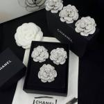 Chanel Brooch เพชรเต็มๆฟลอเลยจ้า ดีไซส์ดอกคามิเลีย ติดโลโก้ชาแนลตรงกลาง เพชรอลังการงานสร้างมากๆ
