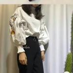 Set เสื้อแขนพองปักลายดอกไม้ช่วงแขน มาพร้อมกางเกงขายาวสีดำ เสื้องานผ้าคอตตอลอย่างดี