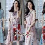 งานเซ็ทสวยๆ สไตล์สาวเกาหลี ด้านในเป็นเดรสแขนกุดดีเทลงานละเอียดสวยด้วยงานปักแต่งลายสไตล์โบฮีเมียนที่อก ตัวเดรสแต่งด้วยงานพิมพ์ลายดอกกุหลาบเล่นโทนสีแบบสีวาด