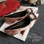 รองเท้าแฟลตหัวแหลมทรงสวยช่วยเก็บทรงเท้าให้ดูเรียวเดินสบายด้วยส้นแบบflat shoes สีทองดัดกับความมันเงาของหนังซาตินหัวติดอะไหล่เพชรสไตล์แบรนด์Manolo blahnik งานสวยเข้ากับการแต่งตัวได้ง่ายคะ