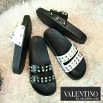 แบบใหม่จ้า รองเท้าแตะแฟชั่น แบบ valentino ชน shop หมุดตอกสองแถว สวยเก๋ วัสดุดี งานสวย พื้นดีจ้า สองสี ขาว ดำ