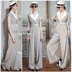 เชิ้ตจัมป์สูทผ้าคอตตอนสไตล์ชุดสูท ตัวนี้เหมาะกับใส่ไปทำงาน ดูสมาร์ทและโปรมาก ทรงเปิดแบบมีปกเสื้อสีขาว ช่วงเอวมีเข็มขัดเนื้อผ้าเดียวกับชุด ตัวชุดเป็นผ้าคอตตอนสีเทาลายเหมือนเสื้อสูทเลยค่ะ