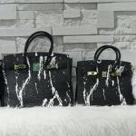 อีกตัวที่ขอแนะนำเลยค่าา สาดสีใส่ตัวกระเป๋าได้แจ่มมากๆ กระเป๋าทรงสวย มาพร้อมอุปกรณ์แน่นๆ เหมือนเดิมเลยค่า 2size 2สี ขาว ดำ