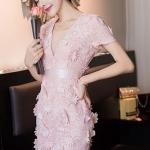 เดรสทรงคอ V สีชมพู ดีเทลอยู่ที่ลายผ้าลูกไม้เป็นดอก 3D ทรงแขนสั้นช่วงเอวแต่งผ้าพื้นสวยมากค่ะ