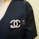 เข็มกลัด ชาแนล เพชรซีก ปลายมุกสลับเพชร มีปั้ม logo งาน top
