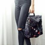 แค่เหนลายก้สวยจนอยากจะใช้เองแล้วว ตัวกระเป๋าทำจากผ้าไนล่อนอย่างหนากันน้ำกันลมได้ดี งานสกรีนชัดสวยลายกาแลคซี่ ที่สำคัญมีสายสะพายข้างแถมอีกเส้นด้วย