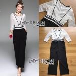 จัมป์สูทผ้าลูกไม้สีขาวกางเกงสีดำสไตล์สมาร์ทแคชชวล ลุคนี้เหมาะกับใส่ไปทำงานเก๋ๆ ดูเรียบหรูและสมาร์ท