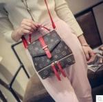 ใบเล็กกระทัดรัดแต่จุได้ครบสิ่งของสำคัญด้านหน้าแต่งซิปรอบฐานกระเป๋าด้านในฝามีสานกระดุมติดกั้นสิ่งของก่อนปิดฝากหน้าไม่ต้องรูดซิปหนังดี งานสวยตัดเย็บละเอียดสายยาวถอดออกได้ใช้เป็นกระเป๋าถือหรือสะพายก็ได้คะพร้อมส่ง3สี ครีม แดง ดำ