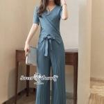 ชุดเซ็ทเสื้อ+กางเกงเกาหลี ทั้งชุดผ้ายืดเนื้อหนานุ่มมีน้ำหนัก ใส่สบายทิ้งตัวสวย เสื้อแขนสั้นคอวีอกป้าย มีผ้าผูกเอวให้ กางเกงเอวยาง อัดพีททรงขากระบอกกว้าง ชุดนี้ใส่ง่ายดูดี เหมาะกับทุกโอกาสเลยคร่า