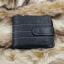 กระเป๋าสตางค์ผู้ชาย หนังแท้ ทรงสั้น GUBINTU Line Button Zip - สีดำ thumbnail 2