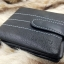 กระเป๋าสตางค์ผู้ชาย หนังแท้ ทรงสั้น GUBINTU Line Button Zip - สีดำ thumbnail 7