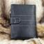 กระเป๋าสตางค์ผู้ชาย หนังแท้ ทรงตั้ง รุ่น GUBINTU Line Button Zip - สีดำ thumbnail 2