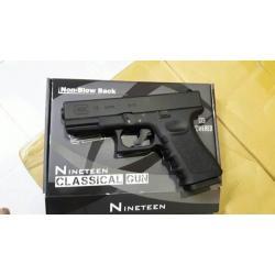 New.Classical Gun Glock19 ระบบแก๊ส Co2 แรง 5xx fps ใช้ลูกกระสุนขนาด 6mm ไม่มีโบวแบล็ค หรือดึงสไลค์ไม่ได้ จึงเป็นที่มาของความแรงปืน และทนทานกว่า ปืนสั้น Co2 ที่มีโบวแบล็คทั่วไป ตัวปืนถอดแบบจากปืนจริง ทั้งขนาดและน้ำหนัก สไลด์โลหะ โครงไนลอน Nylon มีการทวงน้ำ