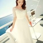 เดรสสีขาวตัวยาว ตัวนี้กรี๊ดดดดมากค่ะ ถ่าย pre-wedding ได้เลยนะคะ ช่วงบนต่อผ้าลูกไม้ตามแบบคอเว้าโค้งได้ระดับ ติดมุกสวยงาม ช่วงเอวเดินผ้าลายซ้อน 3 ชั้นให้ดูเอวเล็กสวยงาม ดีเทลเริ่ดดดค่ะ