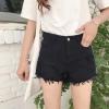กางเกงยีนส์ขาสั้นสีดำ แต่งแถบข้างสีขาวสองเส้น