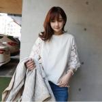 เสื้อแฟชั่นเกาหลี แต่งแขนผ้าตาข่ายปักลายดอกไม้ สีขาว