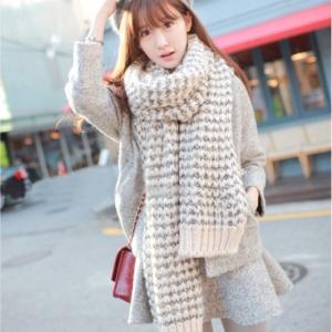 ผ้าพันคอกันหนาว ไหมพรม เกาหลี สีขาวแซมดำ