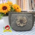 กระเป๋าคล้องมือ ผ้าทอญี่ปุ่น ใส่ของจุกจิกสไตล์ คันทรี ต่อผ้า ควิลล์มือทั้งใบ ขนาดกระทัดรัด ขนาด กว้าง 17 ซม สูง 13ซม ฐานกว้าง 8.5 ซม
