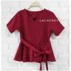 เสื้อผ้าแฟชั่นสวยๆ เสื้อทำงาน (สีแดงเข้ม) ผ้าฮานาโกะ แต่งระบายเอว มีสายมัดโบว์ สวยหวานสไตล์เกาหลี ใส่ได้หลายสไตล์ เว้าคอ มีซิปหลัง ใส่ได้ทุกโอกาส