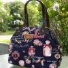 กระเป๋าผ้าแคนวาส ขนาดกระทัดรัด สายหนังเทียมรูปดอกไม้ ปากกระเป๋าติดกว้างติดซิบรอบหยิบของสะดวก