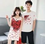 เสื้อคู่รัก แฟชั่นคู่รัก ชายเสื้อยืดคอกลม + เดรสแขนกุด สีขาว แต่งลายกุหลาบสีแดง +พร้อมส่ง