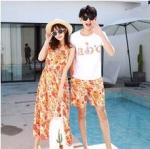 ชุดเสื้อคู่รักเที่ยวทะเล ชายเสื้อยืดพร้อมกางเกงขาสั้น + เดรสแขนกุด สีส้ม แต่งลายดอกไม้ +พร้อมส่ง