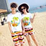 เสื้อคู่รัก ชุดคู่รักเที่ยวทะเลชาย +หญิง เสื้อยืดสีขาวลายต้นมะพร้าวลอยน้ำ กางเกงขาสั้นลายแถบสี +พร้อมส่ง+