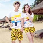 เสื้อคู่รัก ชุดคู่รักเที่ยวทะเลชาย +หญิง เสื้อยืดสีขาวลายคนยืนดูท้องฟ้า กางเกงขาสั้นลายอีโมสีเหลือง +พร้อมส่ง+