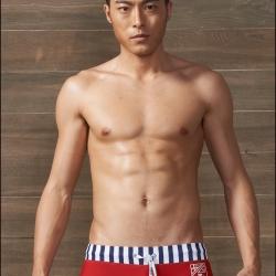 PRE กางเกงว่ายน้ำชาย ด้านหน้าสีแดง หลังสีกรมท่า ตัดขอบลายเส้นสลับสีเก๋