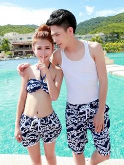 PRE ชุดว่ายน้ำคู่รัก ชุดว่ายน้ำบิกินี่ สายคล้องคอ ลายโซ่ขาว พื้นกรมท่าสวยๆ