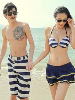 PRE ชุดว่ายน้ำคู่รัก ชุดว่ายน้ำบิกินี่ทูพีซ เซ็ต 4 ชิ้น สายคล้องคอ ลายทางสีน้ำเงินกรมท่าสวย พร้อมชุดคลุมเสื้อมีฮู้ด กระโปรงระบาย