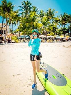 ชุดว่ายน้ำแขนยาว เสื้อสีฟ้า กางเกงขาสั้นสีดำ