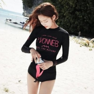 พร้อมส่ง ชุดว่ายน้ำแขนยาว สีดำสกรีนลายอักษรชมพูสวย กางเกงบิกินี่ครึ่งตัว