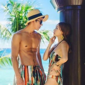 PRE ชุดว่ายน้ำคู่รัก หญิงวันพีซโมโนกินี่พิมพ์ลายสวย ชายกางเกงขาสั้นลายเดียวกัน