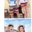 เสื้อคู่รัก ชุดคู่รักเที่ยวทะเลชาย +หญิง เสื้อยืดสีขาวลายคนยืนดูท้องฟ้า กางเกงขาสั้นลายแถบสี โทนสีรุ้ง +พร้อมส่ง+ thumbnail 5