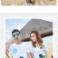 เสื้อคู่รัก ชุดคู่รักเที่ยวทะเลชาย +หญิง เสื้อยืดสีขาวลายคนนั่งมองดูนก กางเกงขาสั้นลายแถบสีหลากสี +พร้อมส่ง+ thumbnail 2