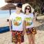 เสื้อคู่รัก ชุดคู่รักเที่ยวทะเลชาย +หญิง เสื้อยืดสีขาวลายต้นมะพร้าวลอยน้ำ กางเกงขาสั้นลายพระอาทิตย์โทนสีส้ม +พร้อมส่ง+ thumbnail 1