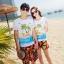 เสื้อคู่รัก ชุดคู่รักเที่ยวทะเลชาย +หญิง เสื้อยืดสีขาวลายคนติดเกาะ กางเกงขาสั้นลายพระอาทิตย์โทนสีส้ม +พร้อมส่ง+ thumbnail 1