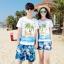 เสื้อคู่รัก ชุดคู่รักเที่ยวทะเลชาย +หญิง เสื้อยืดสีขาวลายคนติดเกาะ กางเกงขาสั้นลายแฉกโทนสีฟ้า +พร้อมส่ง+ thumbnail 1