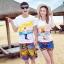 เสื้อคู่รัก ชุดคู่รักเที่ยวทะเลชาย +หญิง เสื้อยืดสีขาวลายคนยืนดูท้องฟ้า กางเกงขาสั้นลายแถบสีหลากสี +พร้อมส่ง+ thumbnail 1