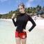 ชุดว่ายน้ำแขนยาว เสื้อสีดำ กางเกงขาสั้นสีแดงสวยๆ thumbnail 1