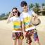 เสื้อคู่รัก ชุดคู่รักเที่ยวทะเลชาย +หญิง เสื้อยืดสีขาวลายคู่รักขับรถเที่ยวชายหาด กางเกงขาสั้นลายพระอาทิตย์โทนสีส้ม +พร้อมส่ง+ thumbnail 1