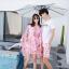 ชุดเสื้อคู่รักเที่ยวทะเล ชายเสื้อยืดพร้อมกางเกงขาสั้น + เดรสแขนยาว สีชมพู แต่งลายดอกไม้ +พร้อมส่ง สำเนา thumbnail 4